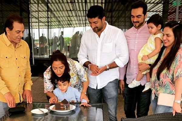 dharmendra hema malini celebrate daughter ahana deol birthday