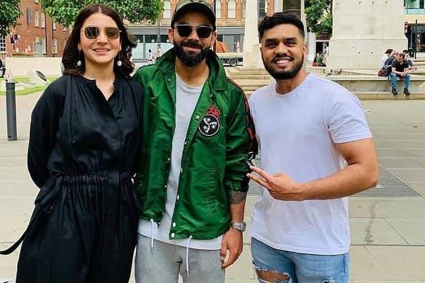 anushka sharma virat kohli look happy as they pose with fan