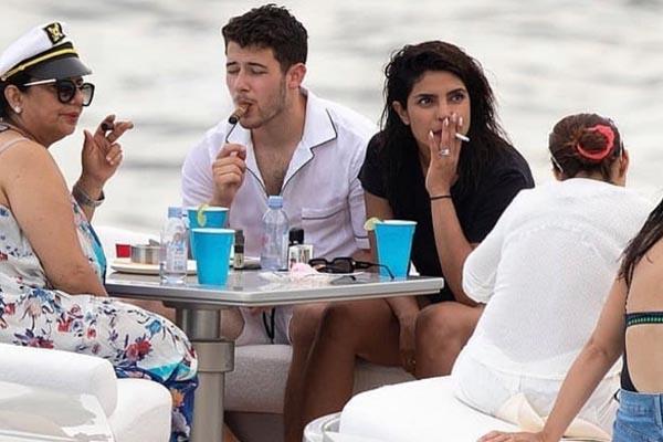 बीच किनारे पति और मां के साथ सिगरेट पीती दिखी प्रियंका चोपड़ा, सामने आईं तस्वीरें