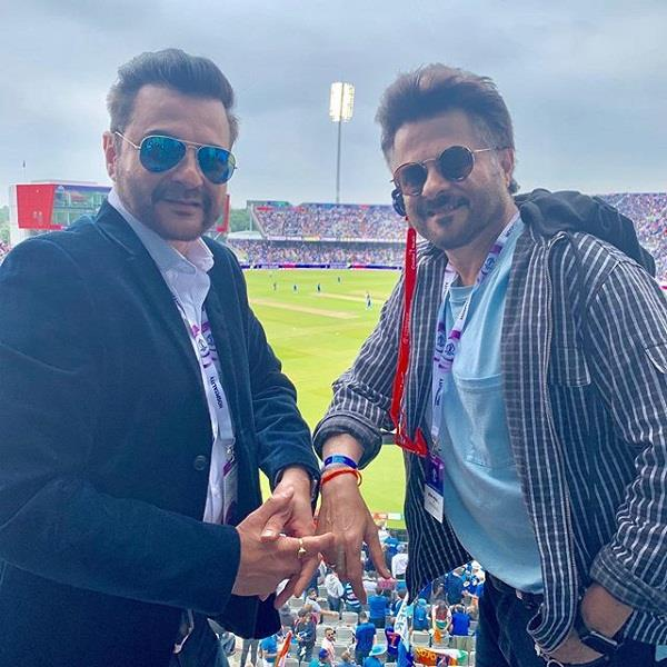 bollywood stars enjoying cricket match