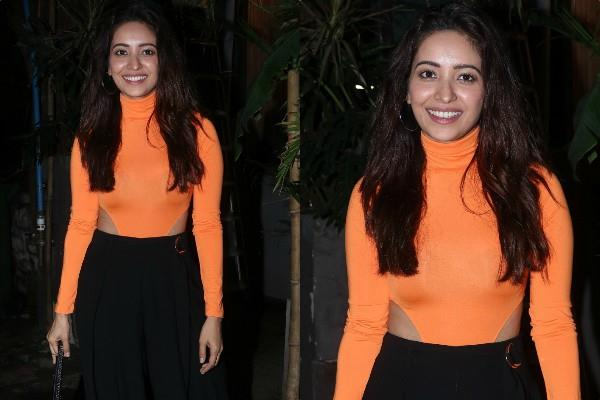 asha negi spotted outside the kitchen garden in juhu