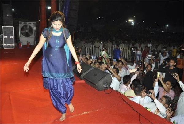 sapna chaudhary put pallu on the head see photos
