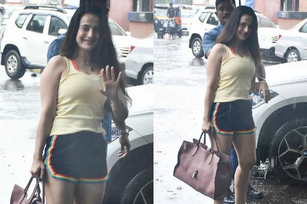 ameesha patel spotted at juhu