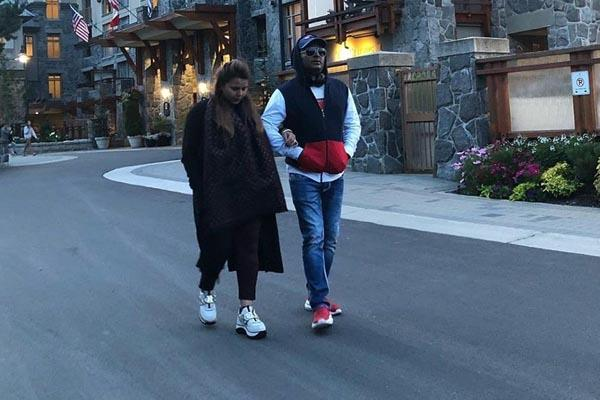 kapil sharma enjoys romantic walk with wife ginni  in canada street