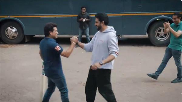 when varun dhawan abhishek bachchan played street cricket with sachin