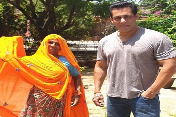 salman khan poses a photo with her female fan in jaipur
