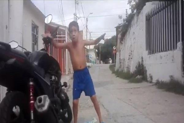 this child performed a dance to the tune of security siren