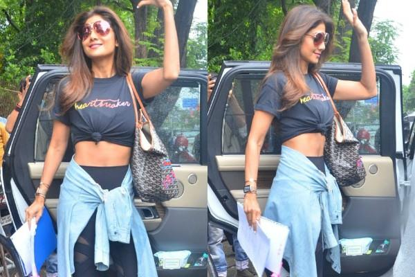 shilpa shetty flaunting her abs