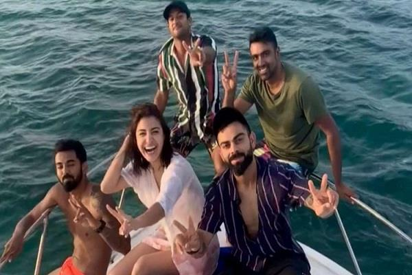 anushka celebrates party with husband virat kohli