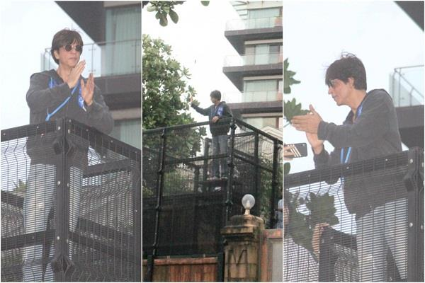 shah rukh khan greets eid his fans outside mannat