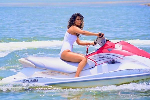 nia sharma enjoy boat ride in her latest pictures