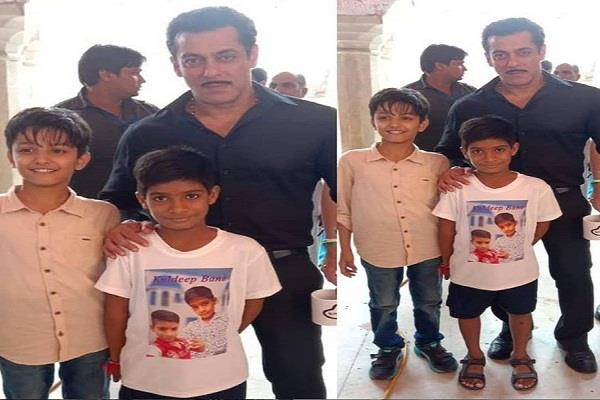 salman khan poses with his little fans in jaipur