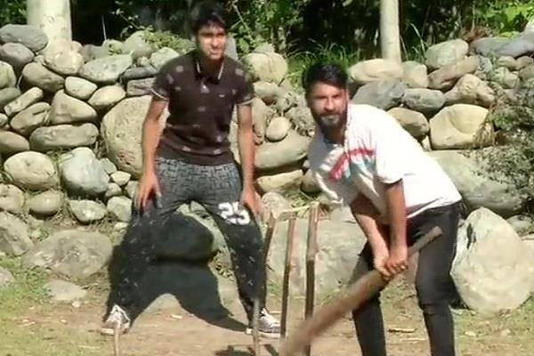 locals in tral play cricket