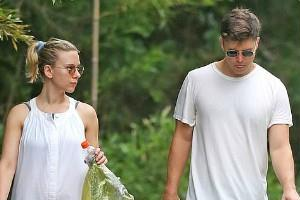 scarlett johansson beach outing with her fiance colin jost in the hamptons
