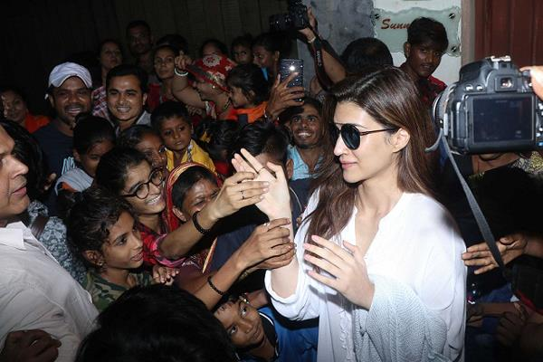 kriti sanon stranded between fans outside of studio in juhu