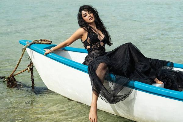 kabir singh actress kiara advani beach side photoshoot viral on internet