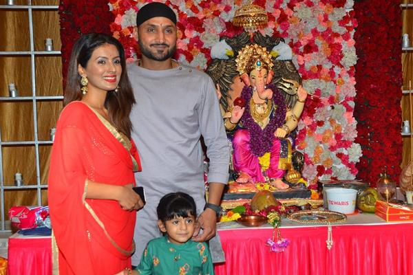 geeta basra spotted at ganpati mandir with harbhajan singh and daughter