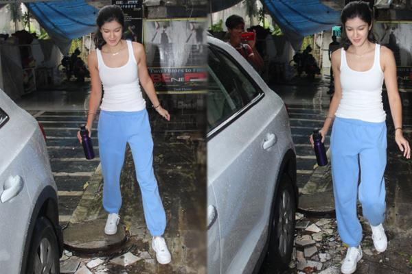 shanaya kapoor spotted in mumbai see her stunning photos