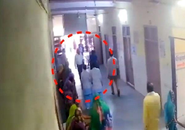 alwar women beat doctor in hospital