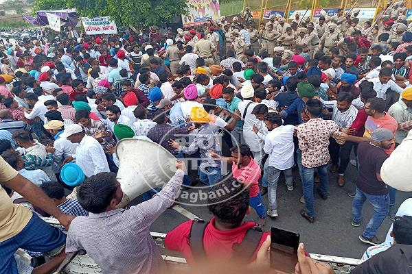 police lathi charge on unemployed teachers