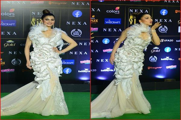 urvashi looked glamorous in a gown gave  flying kiss  to photographers