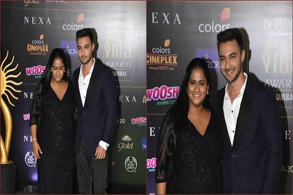 arpita khan arrives at iifa awards the pair seen in black outfit