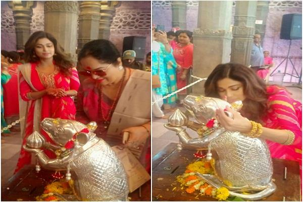shamita shetty visits andheri cha raja in traditional avatar