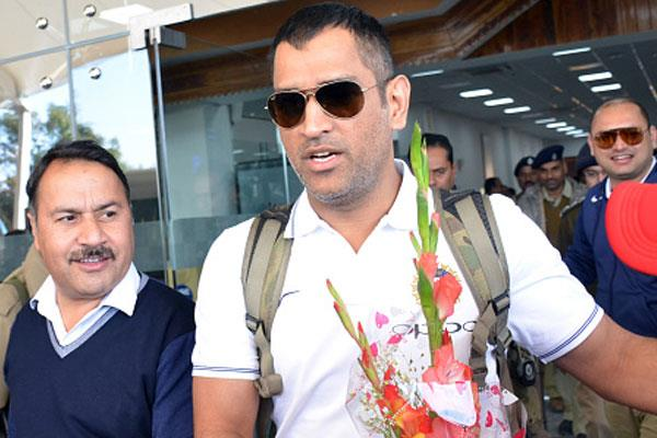 video ms dhoni arrives at home fans at ranchi airport welcomed strongly