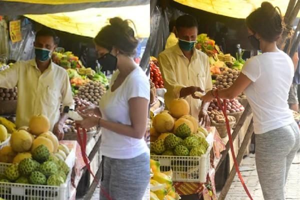 malaika arora spotted to buying fruits in mumbai