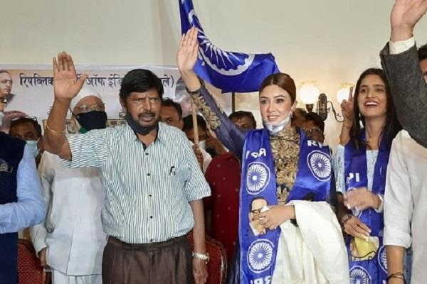 actress payal ghosh join ramdas athawale party