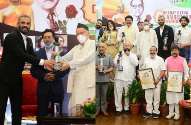 suniel shetty richa chaddha sonu nigam receive bharat ratna dr ambedkar award