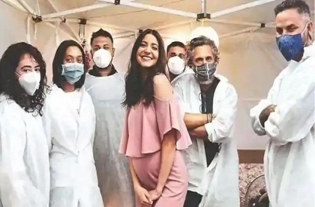 pregnant anushka sharma with crew members photo viral