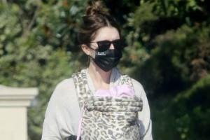 katherine schwarzenegger spotted walking in la with daughter