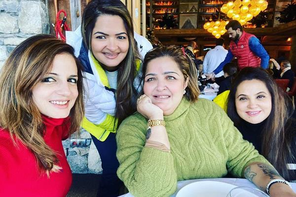 sussanne enjoy holidays with ex husband hrithik roshan sister sunaina