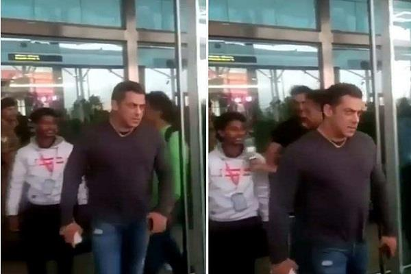 salman salman khan snatches phone away from fan