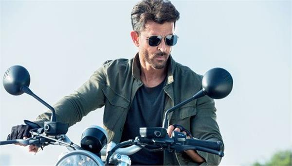 hrithik roshan spent time with his fans from different countries