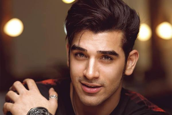paras chhabra leave bigg boss house after taking 10 lakh rupees bag