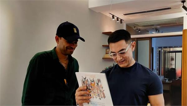 aamir khan gets gift of his memorable characters in form of calender