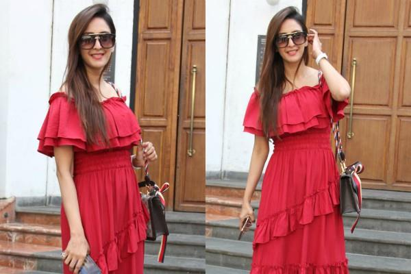 chahat khanna spotted at bandra