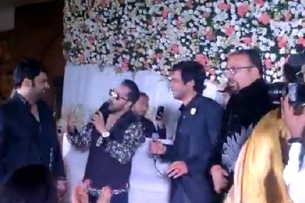 kapil sharma and sunil grover singing at kanika kumria wedding