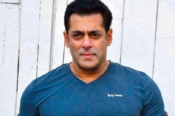salman khan arrives home to meet his parents and returned to farmhouse