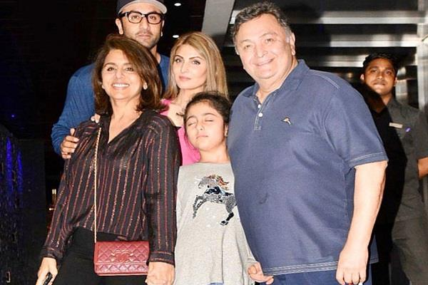 neetu kapoor shares a family photo remembering rishi kapoor