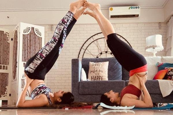 taapsee pannu doing yoga with sister shagun photo viral