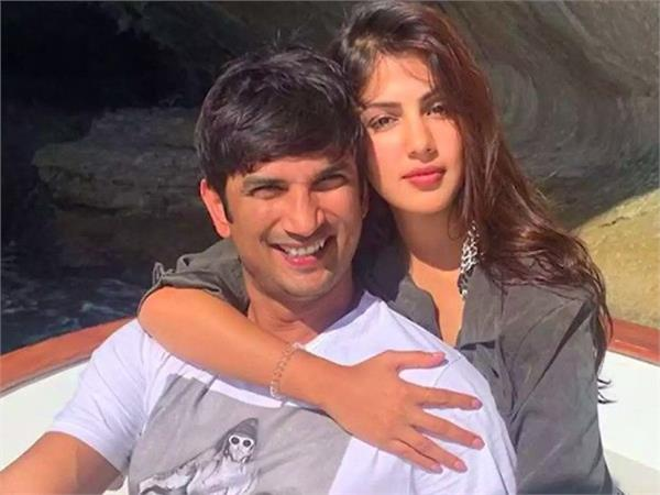rhea chakraborty uploaded picture with sushant as her whatsapp dp