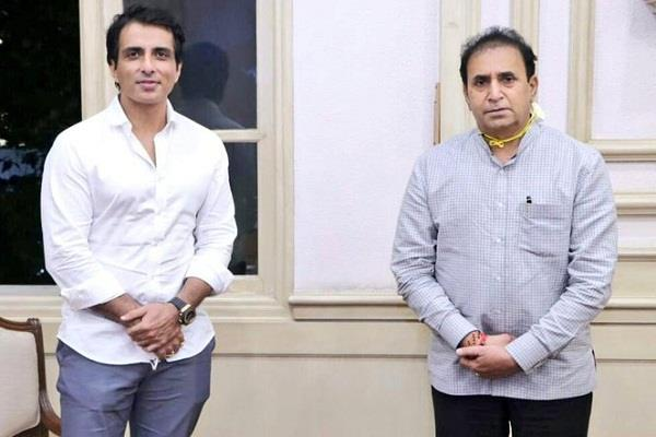 sonu sood donated 25 000 face shields to mumbai police personnel