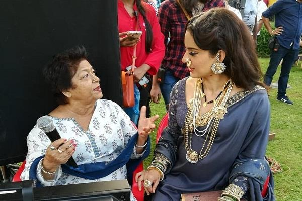 kangana ranaut paid tribute to saroj khan on twitter