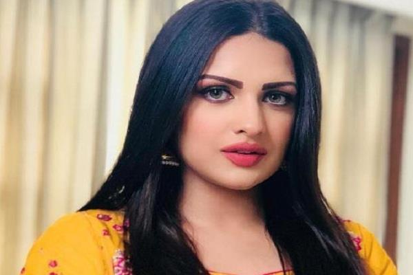someone attacked on himanshi khurana car
