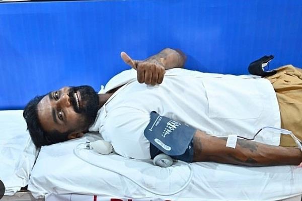 remo d souza donated blood at ganeshotsav