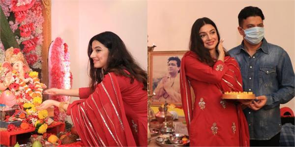 Pics: गणपति बप्पा की पूजा करती दिखीं दिव्या खोसला, रेड आउटफिट में बिखेरा ग्लैमरस