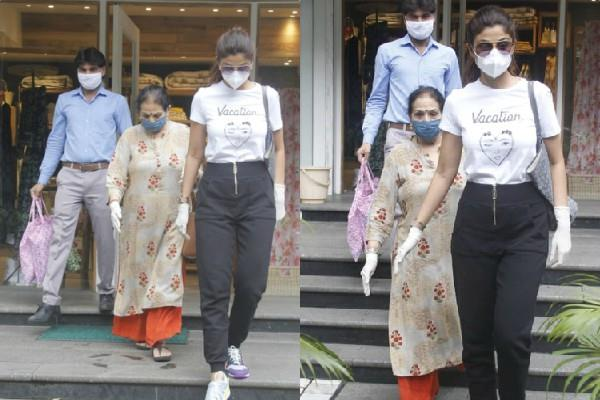 shilpa shetty sppoted outside shoping mall with mother in law